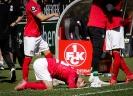 1. FC Kaiserslautern gegen SpVgg Unterhaching - Erschöpft am Boden, nach dem Abpfiff: Kapitän Jean Zimmer.