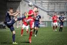 1. FC Kaiserslautern gegen SpVgg Unterhaching - Harte Attacke von Max Dombrowka (links) gegen Jean Zimmer.